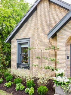 Fixer Upper: Behind the Design – The Scrivano House - Home Decor Exteriors Yellow Brick Houses, Brick House Colors, Brick Ranch Houses, House Exterior Color Schemes, Exterior Paint Colors For House, Stone Houses, Brick House Trim, Exterior Trim, Exterior Design