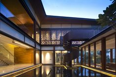 Wonderful Tropical Contemporary House Design With Elegant Pool Beside Stairs Also Wide Glass Window As Well As Modern Spiral Stairs On Top Roof: Wonderful Tropical House Ideas with Modern Design Modern Exterior, Exterior Design, Escalier Design, Hillside House, Modern Mansion, Architect House, Staircase Design, Modern Buildings, City Buildings