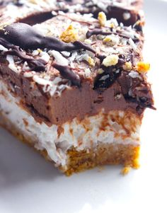 Creamy coco-chocolate pie (with coconut cream, margarine, biscuits and choco . Coconut Desserts, Coconut Recipes, Vegan Dessert Recipes, Fun Desserts, Delicious Desserts, Chocolate Pies, Chocolate Chip Cookie Dough, Cheesecakes, Chocolat Recipe