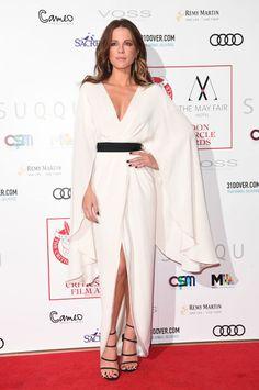 Kate Beckinsale se ha convertido en la mejor de la semana con este elegante vestido blanco de efecto capa obra de Christian Siriano que eligió para acudir a los London Critic's Circle Film Awards. Le añadió un cinturón y un par de sandalias, ambos en negro. Una medalla de oro más que merecida.