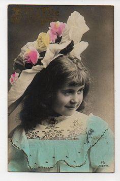 |Carte postale ancienne | Fillette | Jolie robe décorée | Chapeau décoré | Fête