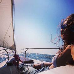Cu toate pânzele sus, spre douăzeci și șase! – Andreea Mihăescu • Douăzeci și cinci...You were amazing! Anul ăsta a fost fantastic, a început în Lanzarote, cu yachting și surf la peste 20°C, alături de cinci dintre cei mai buni antrenori din lume și distracție pe ritmuri latino, pentru ca peste cinci zile să îmi etalez tenul proaspăt bronzat, pe străzile pline de nămeți ale Constanței, la -9°C. A fost un an plin de provocări și oportunități, plin de oameni frumoși, zâmbete și momente...