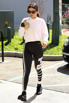 Selena Gomez style clothes outfits white crop sweatshirt black and white Puma leggings trainers black sunglasses February 2018 Cute Sporty Outfits, Sport Outfits, Fall Outfits, Fashion Outfits, Selena Gomez Fashion, Selena Gomez Style, Selena Gomez Outfits Casual, Selena Gomez 2019, Celebrity Casual Outfits