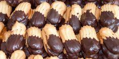 Συνταγή για ονειρικά, νοσταλγικά πτι φουρ -Γεμιστά με μαρμελάδα και βουτηγμένα στη σοκολάτα   GASTRONOMIE   iefimerida.gr Sweet Tooth, Recipies, Food And Drink, Sweets, Cookies, Baking, Cake, Desserts, Coffee