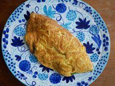 Lätt omelett med babyspenat och fetaost. French Toast, Breakfast, Food, Omelette, Breakfast Cafe, Essen, Yemek, Meals
