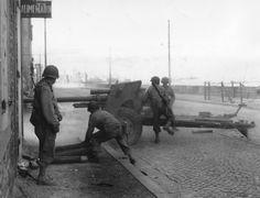 Canon anti char américain de 3 in gun M5. Une unité de Tank Destroyer Bn Towed (remorqué) en position à l'angle d'une rue avec 4 artilleurs. Le 802nd TD Bn (T) était affecté à la 83rd US ID qui a obtenu, le 17 août, la reddition de la Festung Saint-Malo,  commandée par l'Oberst Andreas von Aulock. Photo prise sur le front de mer, Chaussée du Sillon à Saint-Malo. les rails du train de Paramé, à droite au fond Le Grand Bé (ou Bey), île inhabitée de Saint-Malo.