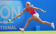 Yanina Wickmayer slaat een 'forehand on the run' tijdens haar partij tegen Petra Kvitova op de Aegon International (2013)
