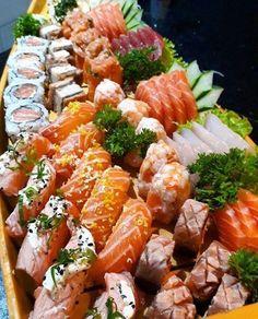 Funamori Zushi - Sushi on the Boat (shaped wooden plate) 舟盛り鮨 Sushi Recipes, Seafood Recipes, Asian Recipes, Sushi Comida, Sushi Sushi, Sushi Boat, Japanese Food Sushi, How To Make Sushi, Best Food Ever