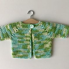 Gratis haakpatroon kleurrijk babyvestje - free crochet pattern colourfull baby cardigan - Annelies Baes - I love making top-down garments. They are seamless and very comfortable. This is a mini top-down ca - Baby Cardigan, Baby Vest, Baby Pullover, Crochet Bebe, Free Crochet, Crochet Top, Baby Pop, Crochet Cardigan Pattern, Crochet Doll Clothes