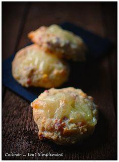 Cookies Savoyards 150g de farine 1/4 de Reblochon 100g de lardons allumettes 1 carotte 2 oeufs 90g de beurre doux 1/2 sachet de levure sel, poivre