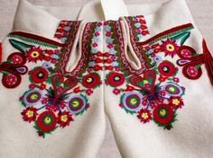 POLSKA WIRTUALNA: Haft góralski. Art Costume, Folk Costume, Costumes, Polish Embroidery, Hand Embroidery, Polish Folk Art, Folk Clothing, Arte Popular, Work Inspiration
