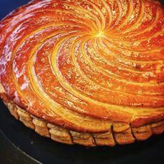GALETTE DES ROIS de Cyril Lignac (Pour 4 P : CREME PATISSIERE : 25 cl de lait, 1 gousse de vanille, 2 oeufs, 50 g de sucre, 20 g de maïzena) (CREME D'AMANDES : 125 g de poudre d'amandes, 100 g de sucre, 125 g de beurre, 3 jaunes d'oeufs) No Cook Desserts, Sweets Recipes, Just Desserts, Delicious Desserts, Cake Recipes, Frangipane Creme Patissiere, Galette Frangipane, Marzipan Cake, British Baking