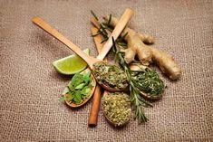 Most azokat a gyulladáscsökkentő gyógynövényeket mutatjuk be, amelyekről klinikai vizsgálatok igazolták, hogy segíthetnek a gyulladás csökkentésében és a fájdalmas, kínzó panaszok csillapításában. Herbs, Ethnic Recipes, Food, Turmeric, Essen, Herb, Meals, Yemek, Eten