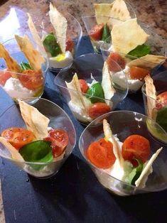 Bicchierini di burrata con pomodorini in forno e pane carasau Gourmet Recipes, Appetizer Recipes, Vegetarian Recipes, Appetizers, Gourmet Foods, Antipasto, Cocktail Party Food, Tapas, Brunch