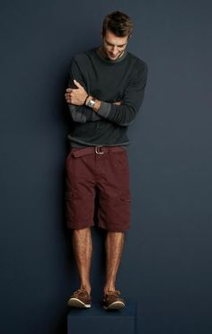 This casual combo of a charcoal crew-neck sweater and burgundy shorts is very easy to put together in no time, helping you look on-trend and prepared for anything without spending a ton of time going through your wardrobe. Basic Fashion, Men's Fashion, Fashion Trends, Fashion Gallery, Sharp Dressed Man, Well Dressed Men, Male Clothes, Business Casual, Man Style