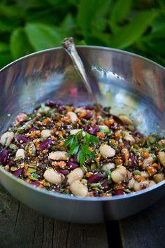 Sommarens bästa bönsallad med linser och knapriga frön