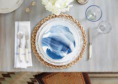 """O sousplat (pronuncia-se """"suplá"""") deixa a mesa muito charmosa. Feitos a partir de uma grande variedade de materiais (fibras vegetais, madeira, metal, vidro etc.), eles são altamente decorativos e dão um toque de classe e elegância a qualquer almoço ou jantar. Olha só que linda ficou essa mesa. Mas lembre-se de sempre utilizar cores que combinam com o prato e a decoração."""