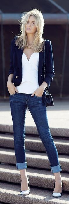 Black and white with jeans, always a classic. Beeskneesvintagegarden