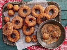 They made the best donuts with potatoes like our grandmothers . - Lovin´ Food - noel Desserts With Biscuits, No Bake Desserts, Dessert Recipes, Potato Doughnuts Recipe, Donuts, Canadian Cuisine, Lemon Cookies, Donut Recipes, Beignets