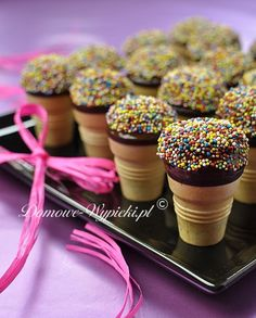 Muffins in a waffle cup - Great idea for a birth buffet. In the hand and in the mouth! Snacks Für Party, Party Desserts, Vegan Desserts, Cupcakes, Pate A Muffins, Waffle, Party Buffet, Pumpkin Dessert, Food Humor