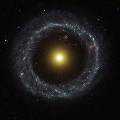 Cómo es la inusual galaxia circular que los astrónomos acaban de fotografiar  El llamado objeto Hoag es una galaxia inusual en forma de anillo descubierta por el astrónomo Arthur Allen Hoag en 1950. Aparece como un anillo casi perfecto de estrellas jóvenes azules rodeando un núcleo de estrellas amarillas más viejas y está a unos 600 millones de años luz. BBC