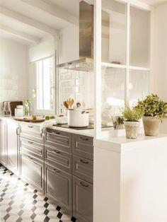 00443004. Cocina vintage con muebles grises y azulejos blancos_00443004