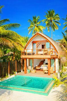Uma ilha nas Maldivas, cercada pelas águas mais lindas que você já viu. Villas à beira mar, com uma piscina particular, proporcionando toda a privacidade desejada.  Esse é um lugar secreto. Um paraíso que poucas pessoas tem o prazer de conhecer.  Paisagens paradisíacas por todos os lados e a tranquilidade que você merece.  Aproveite as sensações e emoções que só as Maldivas podem oferecer, em uma viagem paradisíaca, romântica e única.