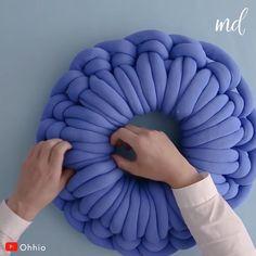 Knitting Yarn Diy, Finger Knitting, Arm Knitting, Diy Crochet Pillow, Crochet Crafts, Sewing Crafts, Knit Pillow, Crochet Projects, Diy Crafts Hacks