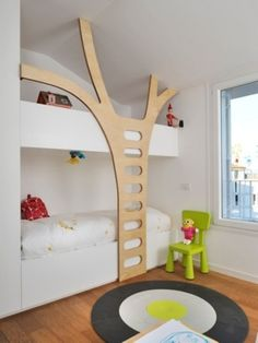 Beliche com escada de madeira imitando árvore Built-in bunk beds, children's room, wooden tree design. Unique Kids Beds, Built In Beds For Kids, Casa Kids, Deco Kids, Bunk Bed Designs, Bedroom Designs, Kids Bunk Beds, Loft Beds, Bunk Bed Ladder