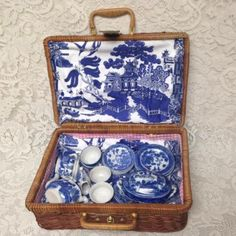 Vintage-Occupied-Japan-Blue-Willow-23pc-Child-s-Tea-Set-w-Wicker-Picnic-Basket