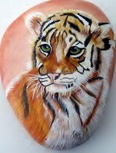 Articles similaires à Tigre - Art rupestre sur Etsy Pebble Painting, Love Painting, Pebble Art, Painted Pavers, Hand Painted Rocks, Painted Stones, Stone Crafts, Rock Crafts, Art Rupestre