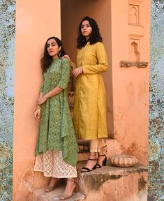 Beautiful sift airy cotton Kurtis with asymmetric cut and simple slit cut. Paired with Plazo Pant and pencil pant. Simple and sober with classic prints. White Palazzo Pants, Off White Pants, White Pants Outfit, Shirt Style Kurti, Kurta Style, Kurta Designs Women, Blouse Designs, Dress Designs, Khadi Kurta