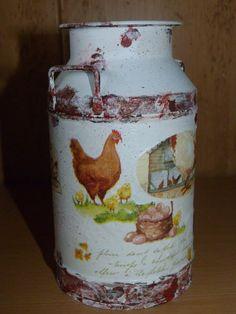Envase de bombones reciclado, decorado con decoupage y efecto oxidación con pintura.