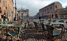 Mantua (região da Lombardia)  Em 2007, o centro histórico de Mantua  (cidade velha) e Sabbioneta foram declaradas pela UNESCO um Patrimônio da Humanidade.  O poder histórico de Mantua sob a influência da família Gonzaga tornou um dos principais centros artísticos, culturais e musicais do norte da Itália e do país como um todo.  Mantua é conhecida pelo seu papel significativo na história da ópera; A cidade também é conhecida por seus tesouros arquitetônicos e artefatos, elegantes palácios, e…