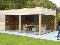 Een tuinhuis met een plat dak oogt strak en modern en kan ook perfect als aanbouw bij de woning voorzien worden.