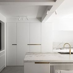 Clean lines, minimal but striking texture and stunning brass detail makes this kitchen a perfect minimalist design. Free from clutter and embellishment. 👌Design by Steven Van Dooren #stevenvandooren #minimalism #minimalistdesign #minimalistkitchen #mindfulness #mindfulinteriors #interiordecoration #interiordesign #interiortrends #interiorarchitecture #kitchendesign #simplekitchen #whitekitchen #modernhome #modernhouse #modernrenovation #modernkitchen
