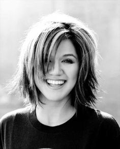 Kelly Clarkson short hair, round face