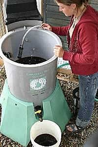 Composting Compost Tea - make your veggies, fruits, plants, trees and flowers grow stronger and healthier - great to reserve a bit of your compost to make this regularly and treat everything! Organic Fertilizer, Organic Gardening, Gardening Tips, Organic Farming, Vegetable Gardening, Compost Soil, Garden Compost, Worm Composting, How To Make Compost