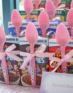 Ideia de lembrancinha para aniversário infantil   Cereais com uma colher envolvidos em uma fita