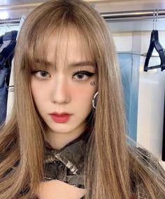 Kim Blonde, Blonde Hair, Black Pink ジス, Jennie Lisa, Yellow Hair, Blackpink Photos, New Hair Colors, Blackpink Jisoo, Korean Girl Groups