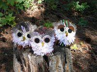 Pompom Eulen, ein Viertelkreis mit weißer Wolle (Bauch) der Rest in graubraun, Federn dazukleben darüber die Filzaugen kleben, Pfeifenputzernase und -füße