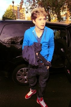 Cutie Niall Getting Out Of The Taxi :) x - niall-horan Photo