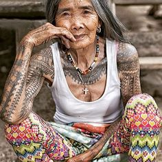 From My Modern Met At 102 years old, Whang-Od Oggay (who also goes by Whang-od or Maria Oggay) is helping to keep an ancient tradition aliv. Traditional Filipino Tattoo, Filipino Tribal Tattoos, Tribal Arm Tattoos, Yoga Studio Design, Tattoo Life, Skin Art, Belle Photo, Body Art Tattoos, Tatoo