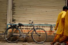 Bike & monks @ Rishikesh