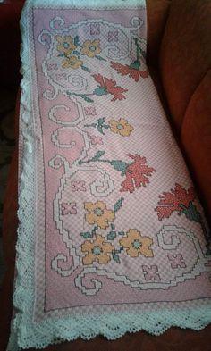 Bordado em tecido xadrez -Toalha (Detalhes sobre o bordado... Visitar) Chicken Scratch Embroidery, Labor, Diy Arts And Crafts, Cross Stitch, Quilts, Blanket, Creative, Painting, Diy Crafts Home