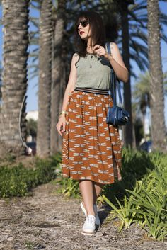 Fresquinha e cheia de libélulas - look da Danielle Noce com saia estampada, oxford branca e regata cinza
