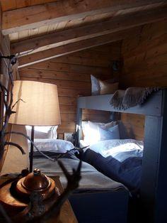 Hytte, interiør, Køyeseng, jotun elegant, ikea bordlampe, kobberkjele, jotun valnøtt, puter, sengetøy, hytte