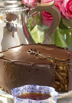 Queen Elizabeth II Loves This Cake So Much She Even Travels With It The cake Queen Elizabeth has been requesting for 80 years now Homemade Chocolate, Chocolate Desserts, Food Cakes, Cupcake Cakes, Cupcakes, Just Desserts, Delicious Desserts, Royal Recipe, Chocolate Biscuit Cake
