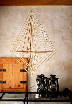 Photo:Kayoko / HARMONICS. Straw Sculpture, Mobile Sculpture, Straw Projects, Diy Projects To Try, Geometric Decor, Geometric Designs, Straw Weaving, Bohemian Christmas, Mobiles