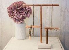 Tutoriales DIY: Cómo hacer un porta-joyas con tubos de cobre y cemento vía DaWanda.com
